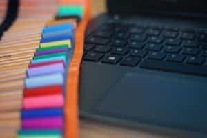 Outils : Clavier d'ordinateur et crayons