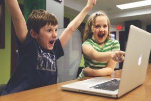 Enfant contents devant ordinateur